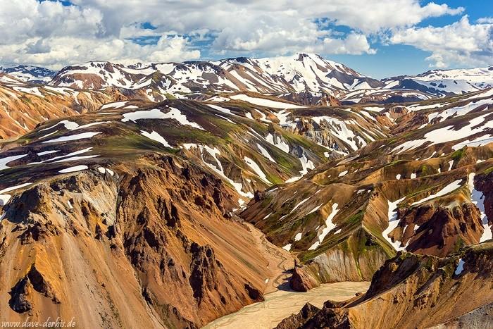 die Landschaft der Landmannalaugar Berge in Island mit Zoom Objektiv