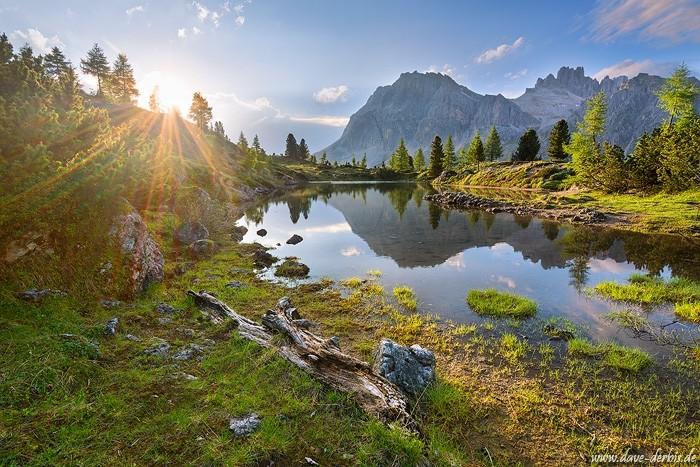 Lago di Limides zum Sonnenuntergang im Gegenlicht