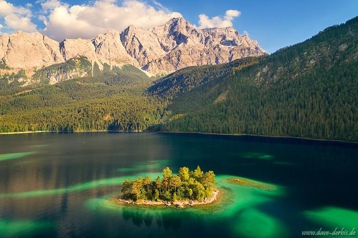 Ludwigs Insel von oben mit Zugspitze im Hintergrund