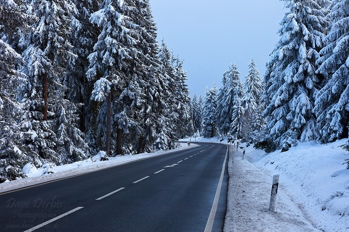 Bundesstrasse im Winter beim Parkplatz