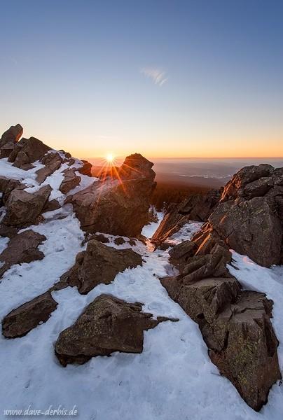 Sonnenuntergang auf der Wolfswarte im Harz im Winter