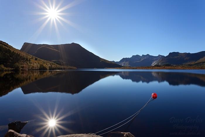 Tjeldbergtinden Tafelberg mit Sonne und Spiegelung im See