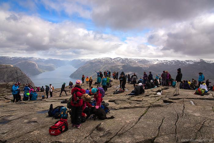 Touristenmassen am Preikestolen in Norwegen
