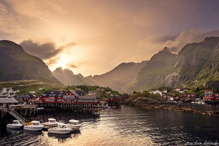 Das Dorf Å Sonnenuntergang am Hafen auf den Lofoten