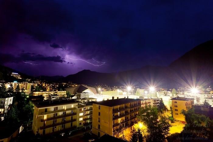 Gewitter mit Blitz über Davos in der Schweiz