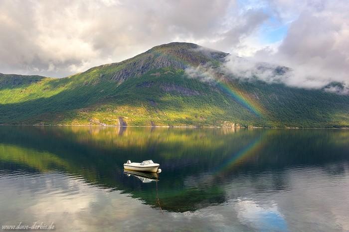 Boot, Regenbogen, Karikollen und Spiegelung im Efjord