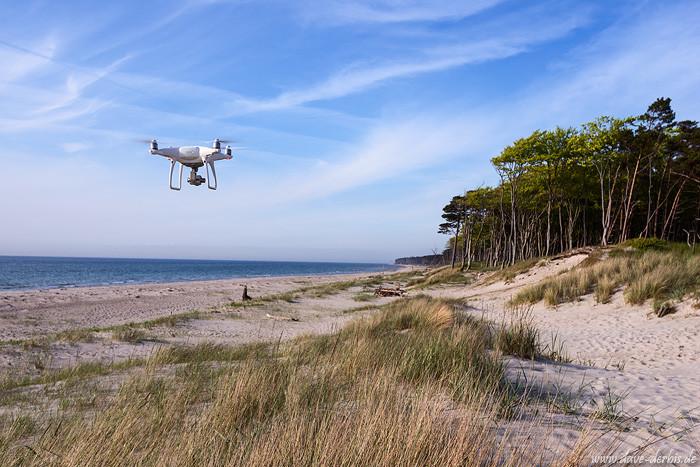 Drohne fliegt am menschenleeren Strand