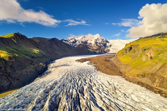 Svínafellsjökull Gletscher aus der Luft im Licht der goldenen Stunde
