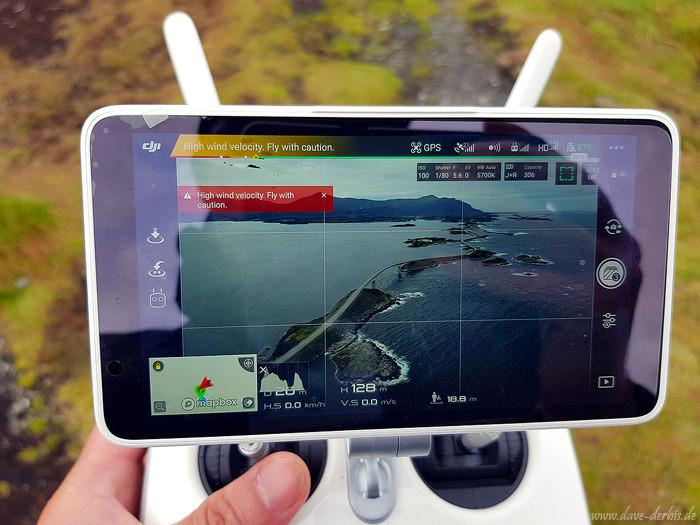 Fotografieren mit der Drohne an der windigen norwegischen Küste, an der Atlantikstrasse