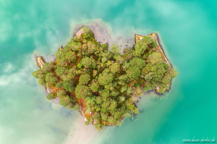 Eine idyllische Insel der Träume in Fjord Norwegen von oben fotografiert