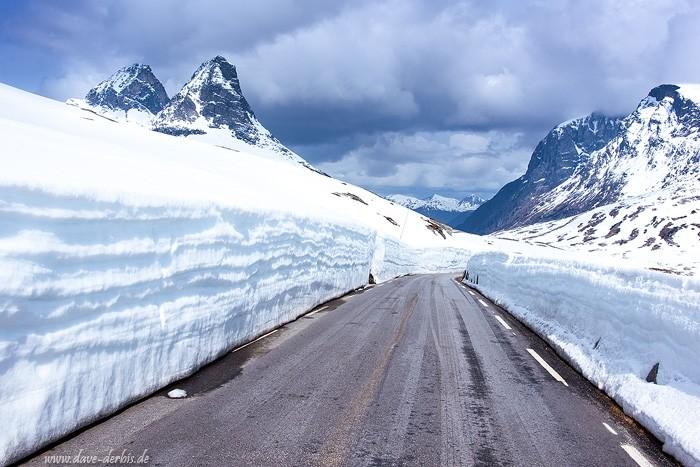 Strasse umgeben von Schnee im Fjell im Mai in Norwegen