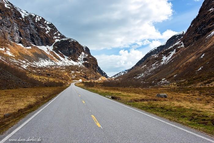 Eine menschenleere Bergstraße in Norwegen