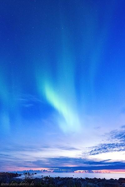 Nordlichter (Aurora Borealis) nahe dem arktischen Strand Skagsanden auf den Lofoten