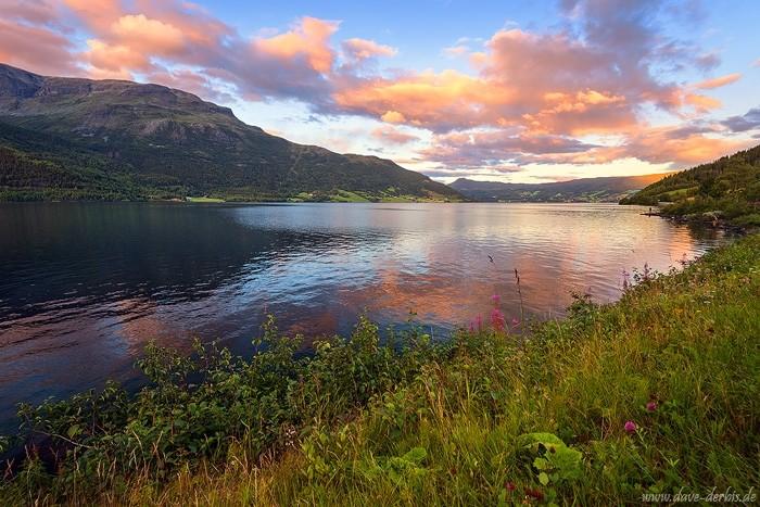 Farbenfroher Sonnenuntergang in Fjord-Norwegen