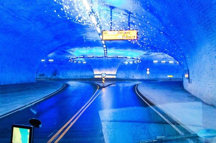 Ein beleuchteter Kreisverkehr im Tunnel bei Eidfjord, Norwegen