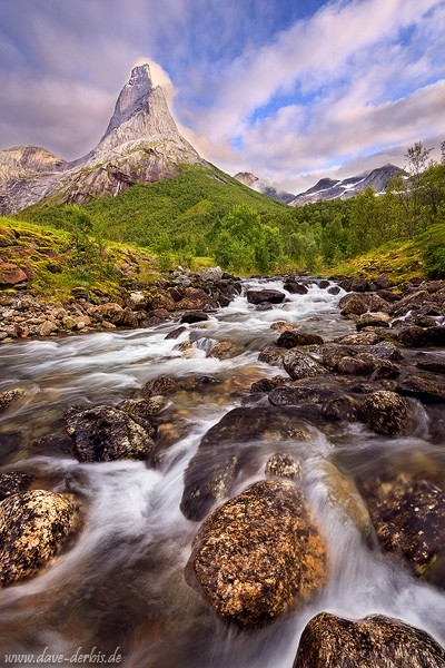Norwegens Nationalberg, der Stetind am Tysfjord zum Sonnenuntergang