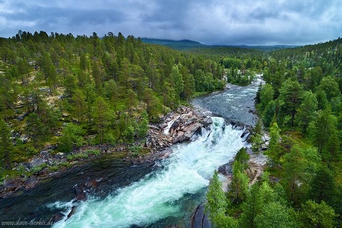 Ein Fluss in der Nähe des Polarkreises in Norwegens Wildnis