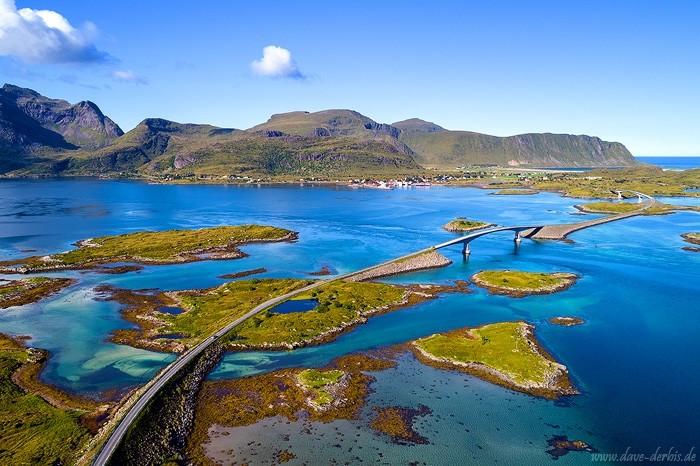Die berühmten Brücken von Fredvang auf den Lofoten von oben fotografiert