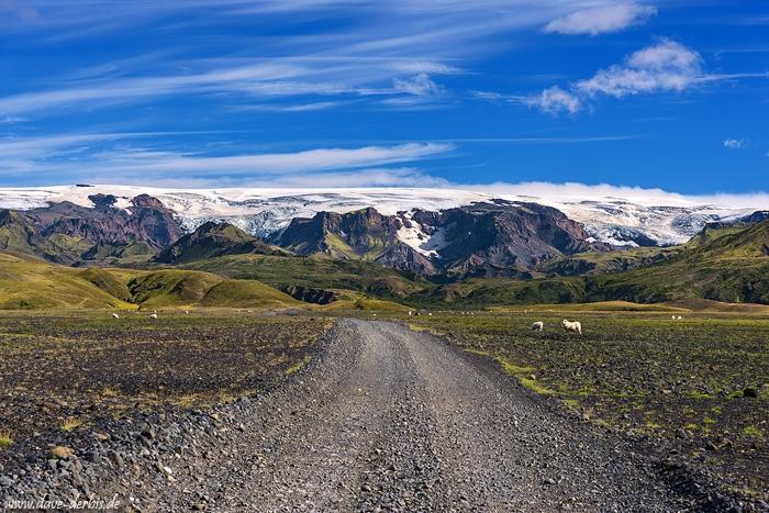 Straße in die Wildnis mit Ausblick auf Gletscher und Berge in Island