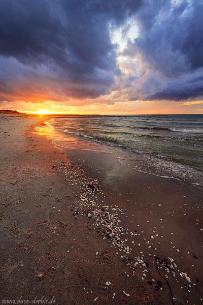 Sturm zum Sonnenuntergang an der Ostsee