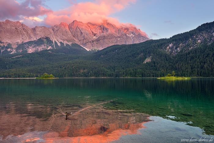 Sonnenuntergang und Alpenglühen auf der Zugspitze am Eibsee in Bayern