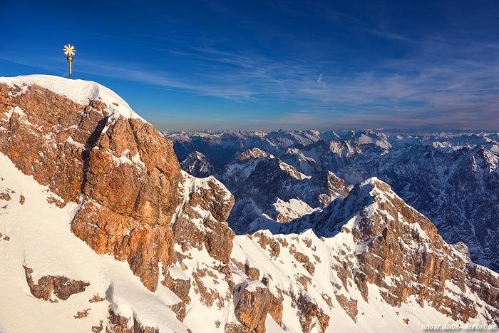Gipfel der Zugspitze zur goldenen Stunde